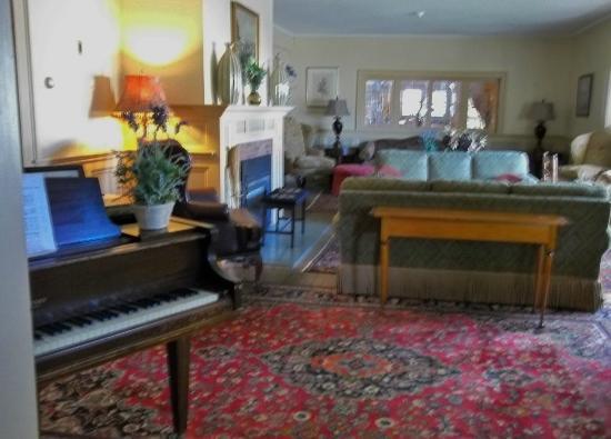 The Stowe Inn: Parlor