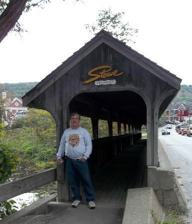 The Stowe Inn: Pedestrian Bridge to downtown