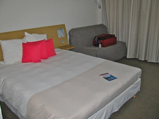 Novotel Bayeux : Queen bed and sofa pull out single bed