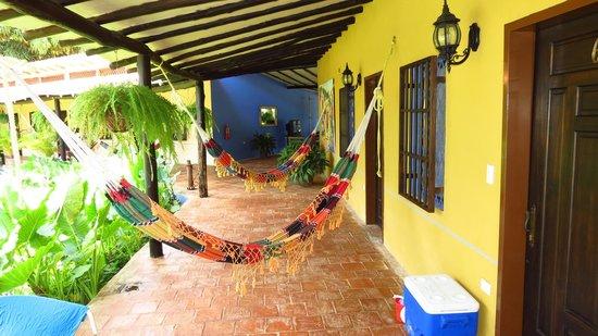 Hotel Posada La Bokaina: un corredor lleno de hamacas