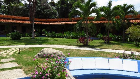 Hotel Posada La Bokaina: Jardin principal y habitaciones