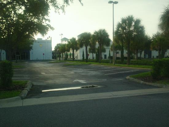 Holiday Inn Express Hotel & Suites Orlando - International Drive: Hotel parking looking towards International drive