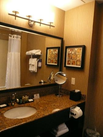 Best Western Premier Freeport Inn & Suites: Lovely clean bathrooms with lots of clean towels