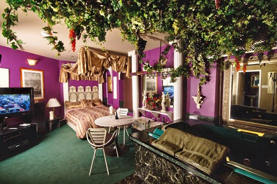 Mariaggi's Theme Suites Hotel and Spa: Romantic Rome.  Grape Vine Canopy overhanging large 4'x6' Hot Tub - Amore!