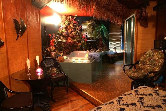 Mariaggi's Theme Suites Hotel and Spa: Hawaii Suite.  Lava rock surround the large hot tub.  Plan your Hawaiian retreat today.