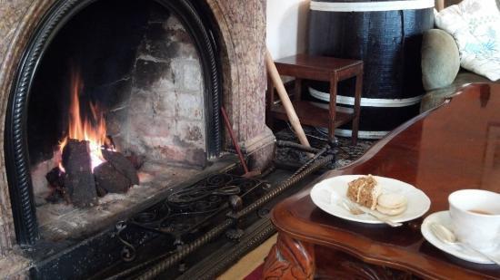 Currarevagh House: ピートが燃える暖炉の前でアフタヌーンティ。
