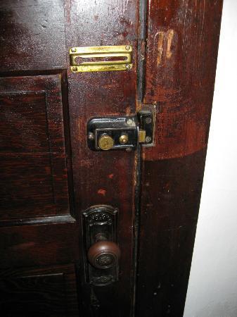 Panama Hotel: Flimsy lock
