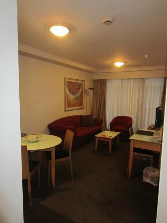 โรงแรมเมดิน่าคลาสสิคมาร์ตินเพลส: Living/Dining Area - 1BR Apartment