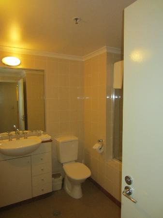Medina Serviced Apartments Martin Place: Bathroom Area - 1BR Apartment
