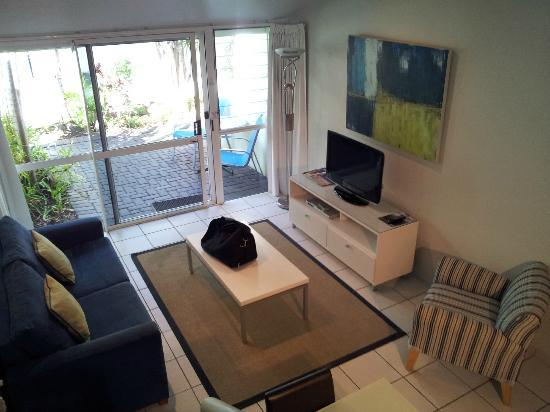 Caribbean Noosa: Lounge area with nice sized LCD tv