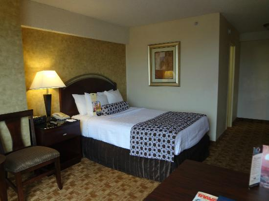 Crowne Plaza Austin: Double bed in upgraded Jr. Executive Suite