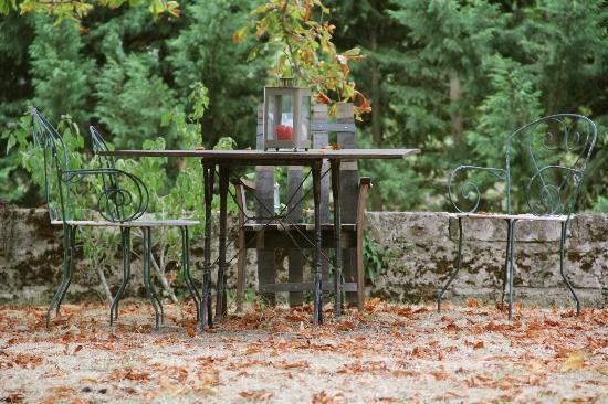 Chateau la Vieille Chapelle: Outdoor tables