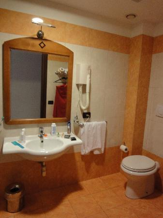 Ulisse Deluxe Hostel: Bathroom