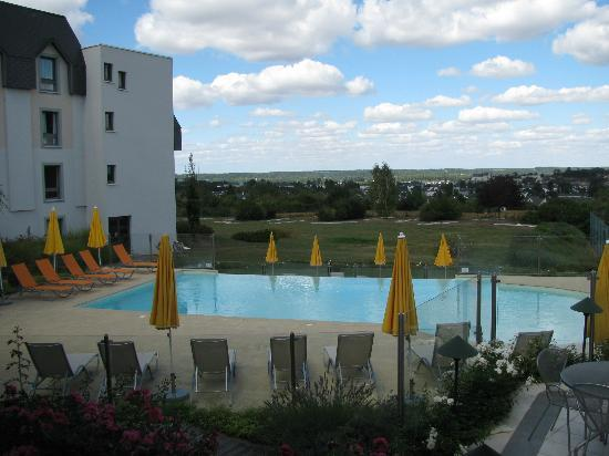 Novotel Amboise: Pool and view