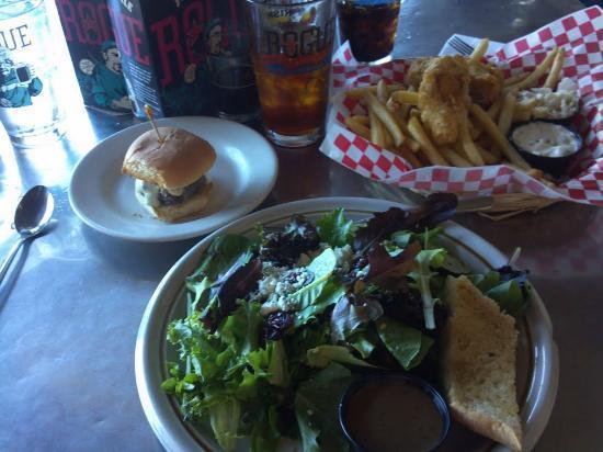 Brewer's on the Bay : Kobe slider, house salad, halibut & chips