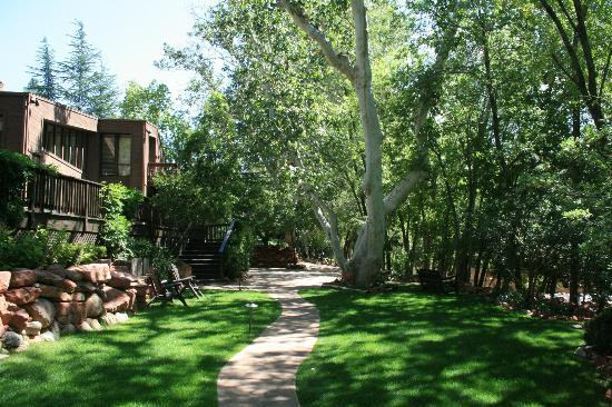 L'Auberge de Sedona: Path leading between the creekside bungalows and Oak Creek