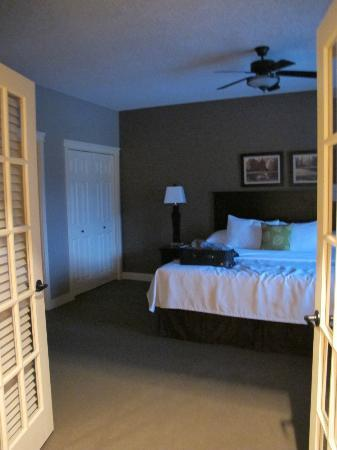Bighorn Meadows Resort: King Bed