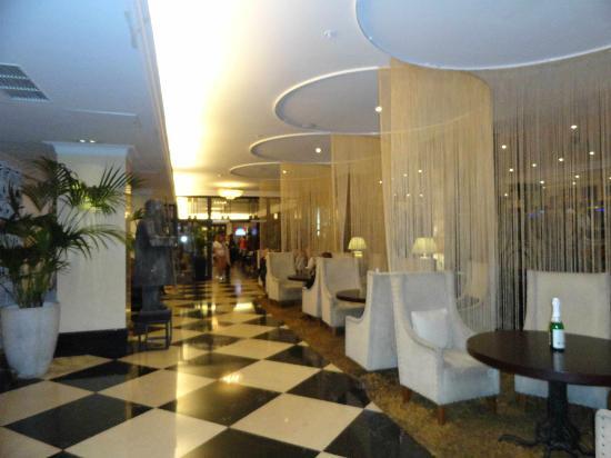 Solo Sokos Hotel Vasilyevskiy: Lounge anterior al restaurant.