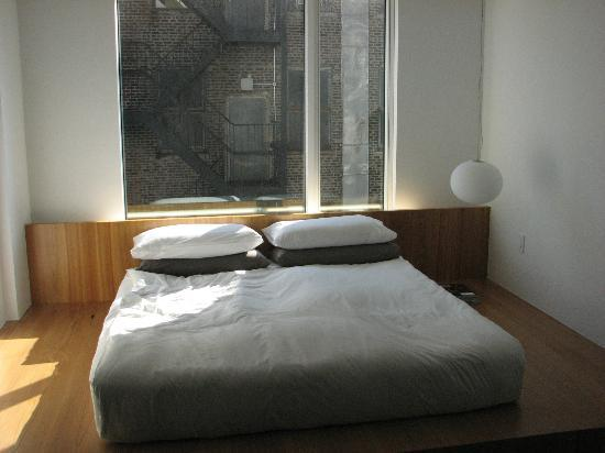 Hotel Americano: Bed on the floor with view south.