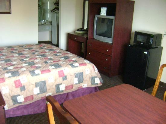 Knights Inn Port Charlotte: Room with microwave and frige