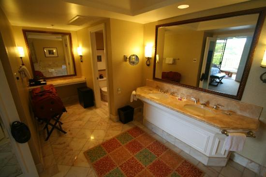 Four Seasons Resort Maui at Wailea: Part of very large bathroom (there were 2)