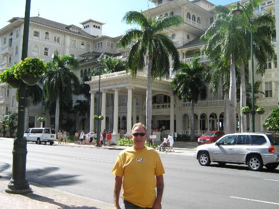 Moana Surfrider, A Westin Resort & Spa: View from Front of Hotel
