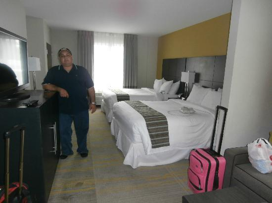 Comfort Suites Miami Airport North: amplia habitacion