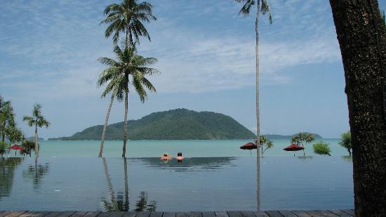 The Vijitt Resort Phuket: pool and beach 