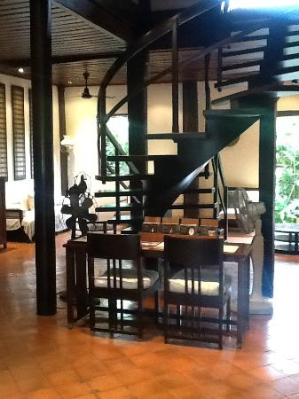 3 Nagas Hotel: Lobby and staircase to our room