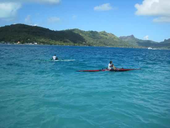 Bora Bora Pearl Beach Resort & Spa: locals kayaking