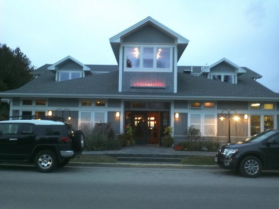 Waterfront Restaurant: Front of the resturant, Great view of the lake from the back windows