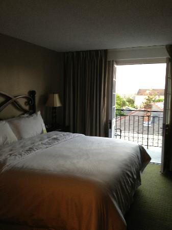 Four Points By Sheraton French Quarter: Bed & balcony