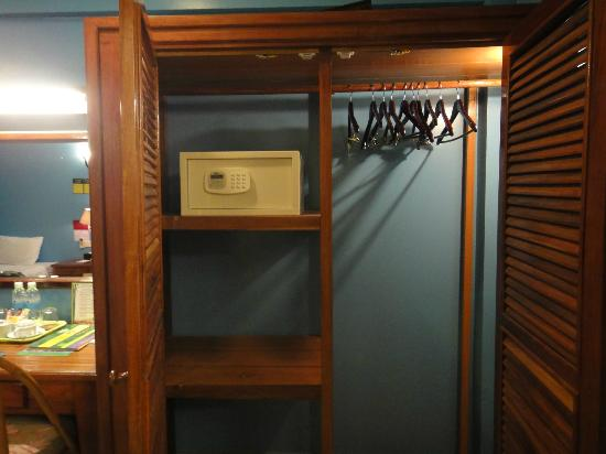 MotherHome Guesthouse: Safe box. hangers. huge cabinet. PERFECT!