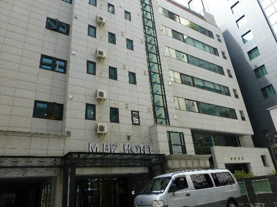M. Biz Hotel: ホテル入り口、スロープあります。