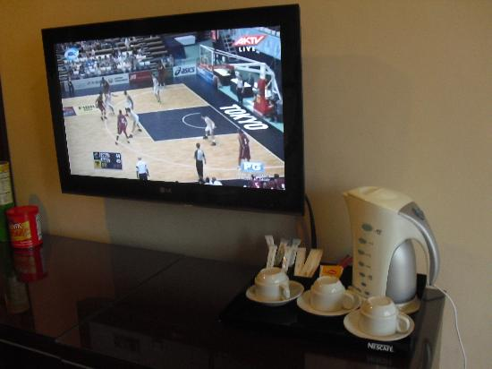 Vista Marina Hotel: TVand Coffee maker w/ free coffee n tea