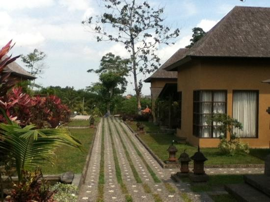Villa Mimpi Manis Bali: View from the entrance to the backyard pool area