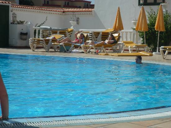 Neptuno Aparthotel: Pool area.