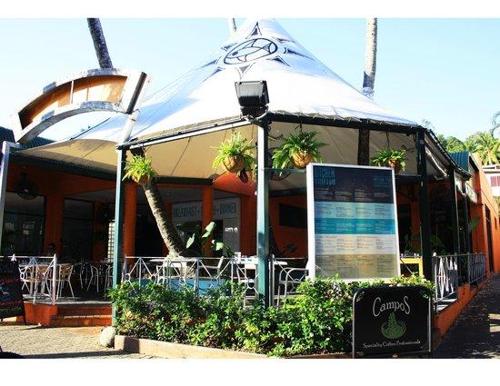 Port Douglas Surf Club Bar & Bistro : Dining in the garden