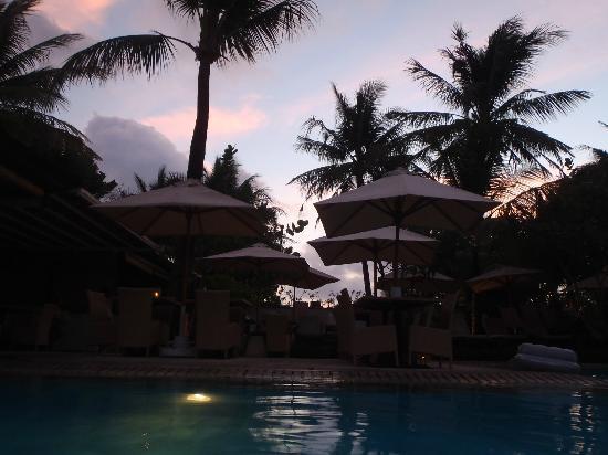 Padma Resort Legian: sunset at the main pool
