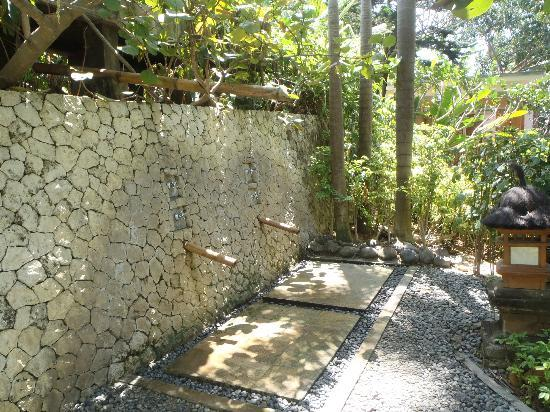 Padma Resort Legian: outdoor showers near the main pool