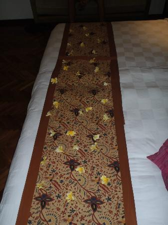 Padma Resort Legian : petals on the bed