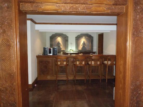 Padma Resort Legian : the bar in the presidential suite villa