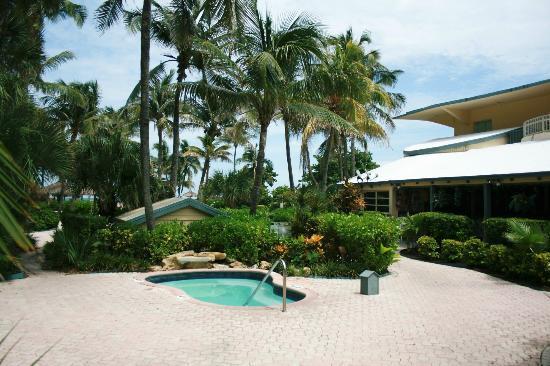 Days Hotel - Thunderbird Beach Resort : Hot tub and grounds