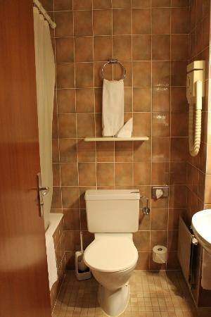 La Porte d'Octodure Hotel : Salle de Bains chambre simple
