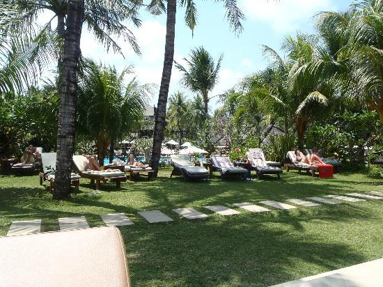 Padma Resort Legian: soo many sun loungers and plenty of shade