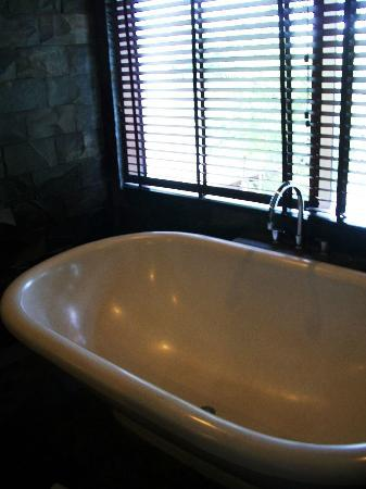 The Dipan Resort Petitenget: The bathtub