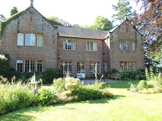 Trigony House Hotel: The delightful front garden overlooked by the diningroom
