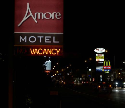 Amore Motor Lodge: Business area in walking distance from the Amore