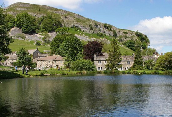 Скиптон, UK: Kilnsey fishing lake with the Crag behind