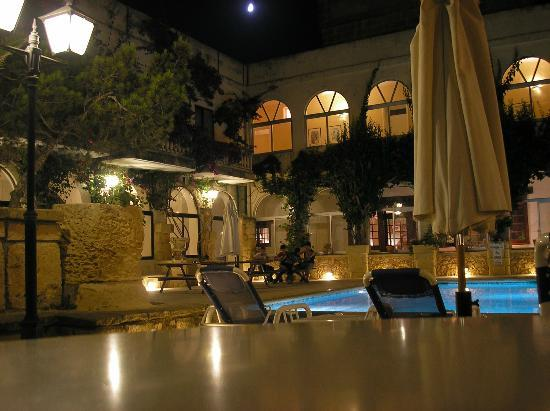 Cornucopia Hotel: The courtyard at the cornucopia